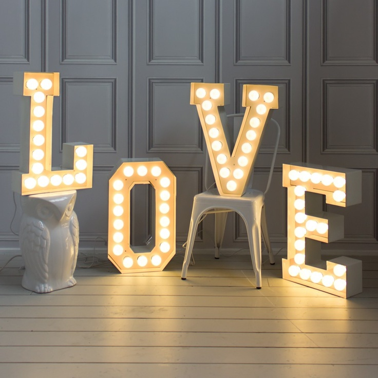 Винтажные световые объемные буквы из дерева и металла.