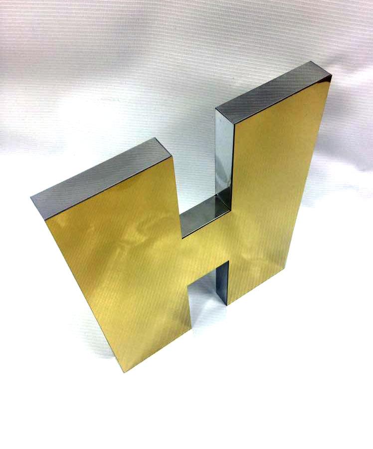 Металлические объемные буквы из полированной нержавейки под золото.