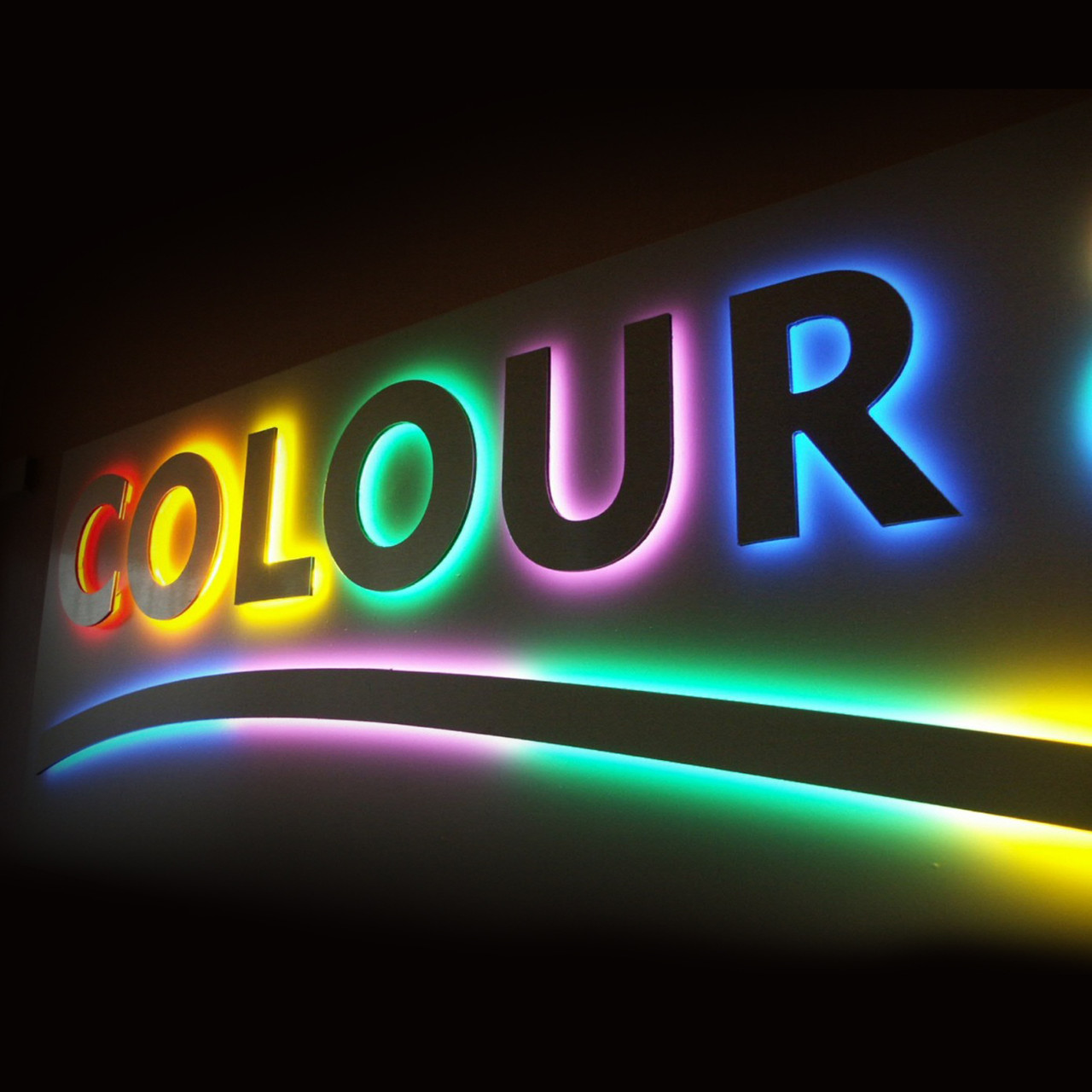 Псевдообъемные буквы с разноцветной контражурной подсветкой.